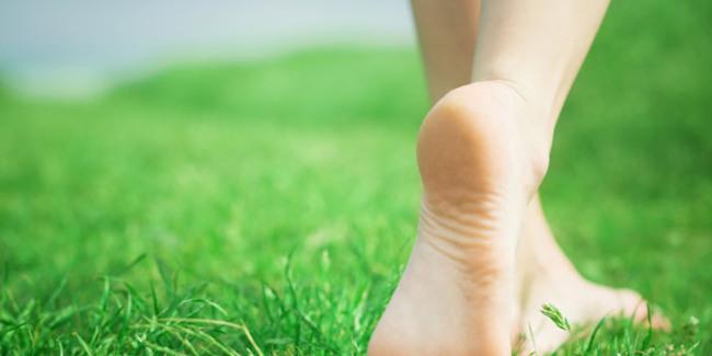 manfaat-berjalan-tanpa-alas-kaki-untuk-kesehatan tubuh