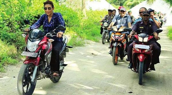 Ibu Menteri Perikanan dan kelautan blusukan memakai sepeda motor