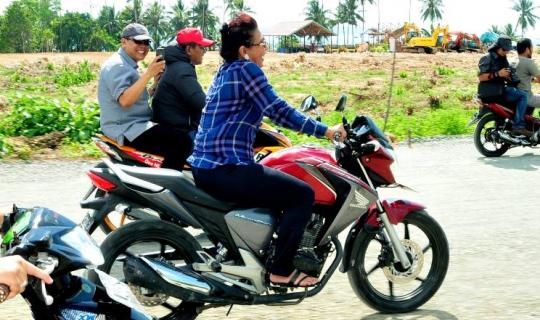 ibu menteri susi blusukan memakai sepeda motor